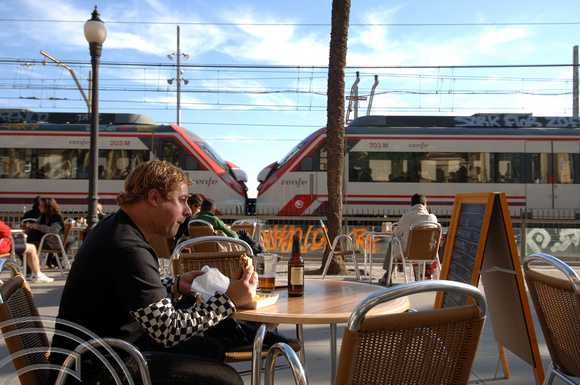 FDG06223. Lunch and trains. Badalona. Spain. 31.12.07.